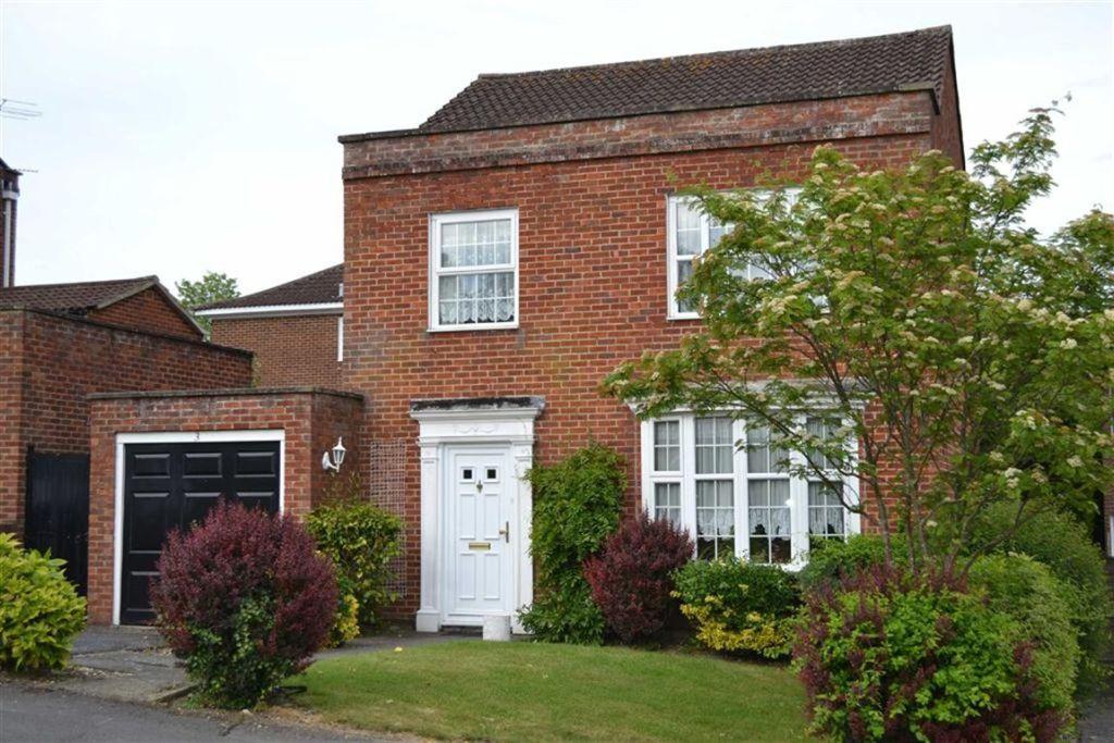 4 bedroom detached house for sale in leys gardens newbury newbury berkshire rg14 rg14