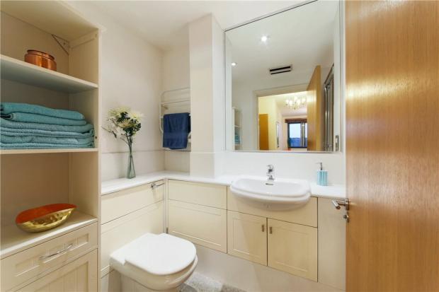 E1 Flat: Bathroom