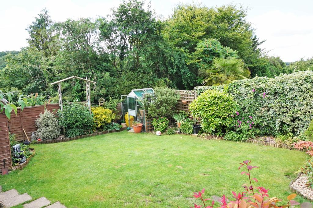 Landscape Gardening High Wycombe : Bedroom semi detached house for sale in arundel road
