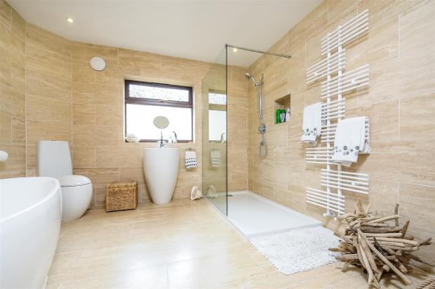 Ugg 258 bathroom.jpg