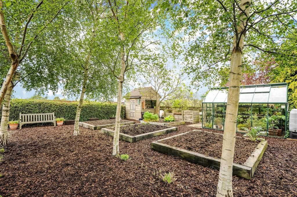 Ugg 258 veg garden.j