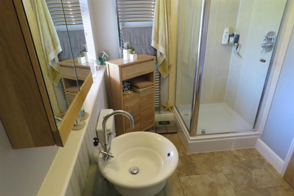 Family Bathroom 2.JP