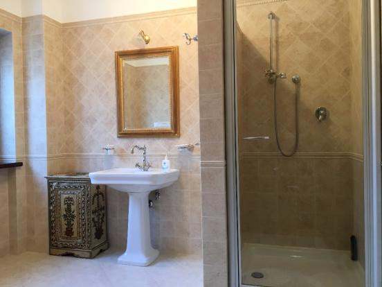 Bas.apt. bathroom