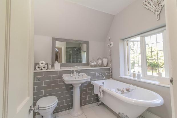 Bathroom (+ shower)