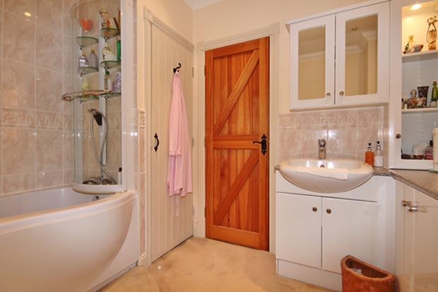 44 Hazel Annexe bath