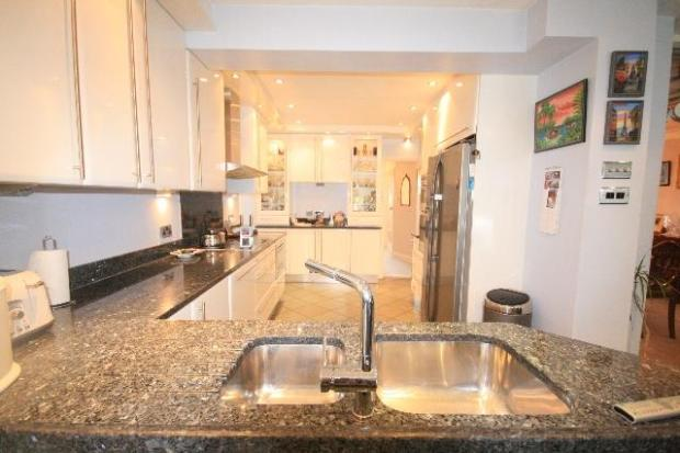 WELL FITTED KITCHEN/