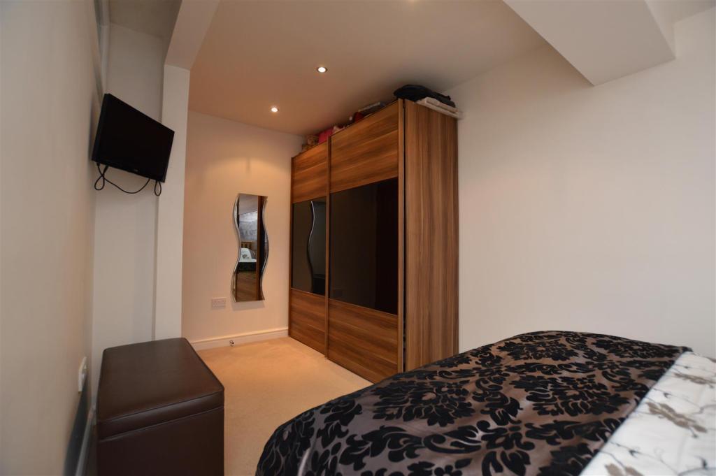 Master Bedroom (L-Sh