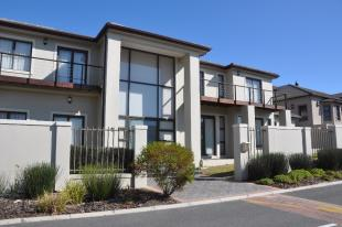 5 bed Detached home in Bloubergstrand...