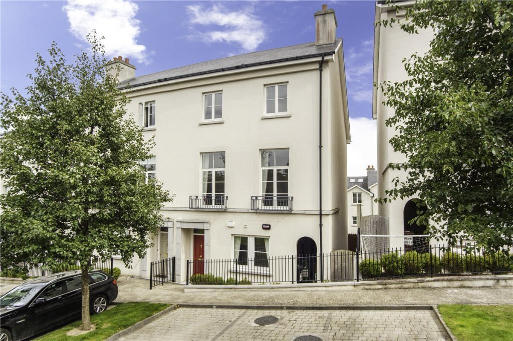 4 bedroom End of Terrace property in 24 The Heights, Robswall...