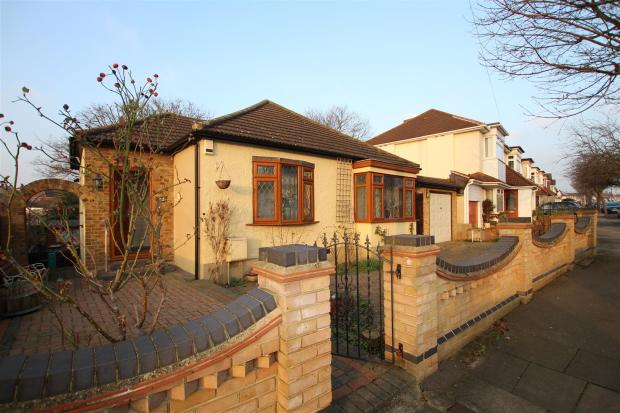 4 Bedroom Detached Bungalow For Sale In Bruce Avenue Hornchurch Rm12