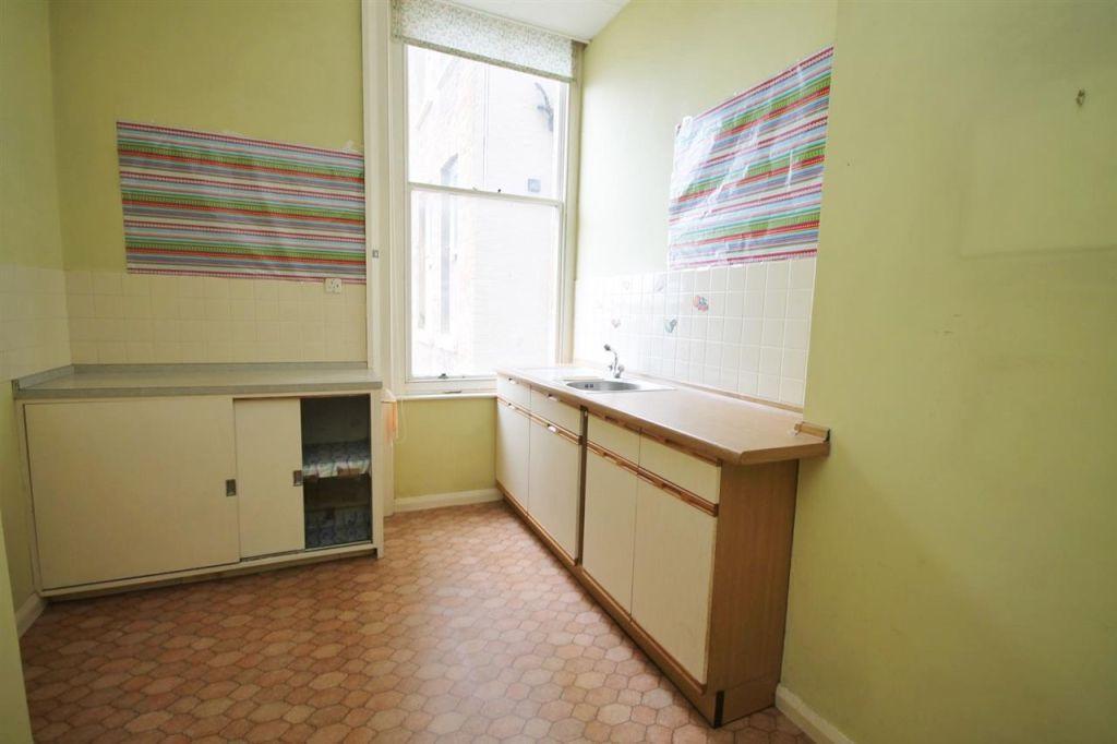 studio room: (e)