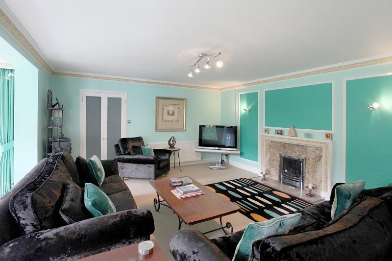 Turquoise living room design ideas photos inspiration for Turquoise and white living room ideas