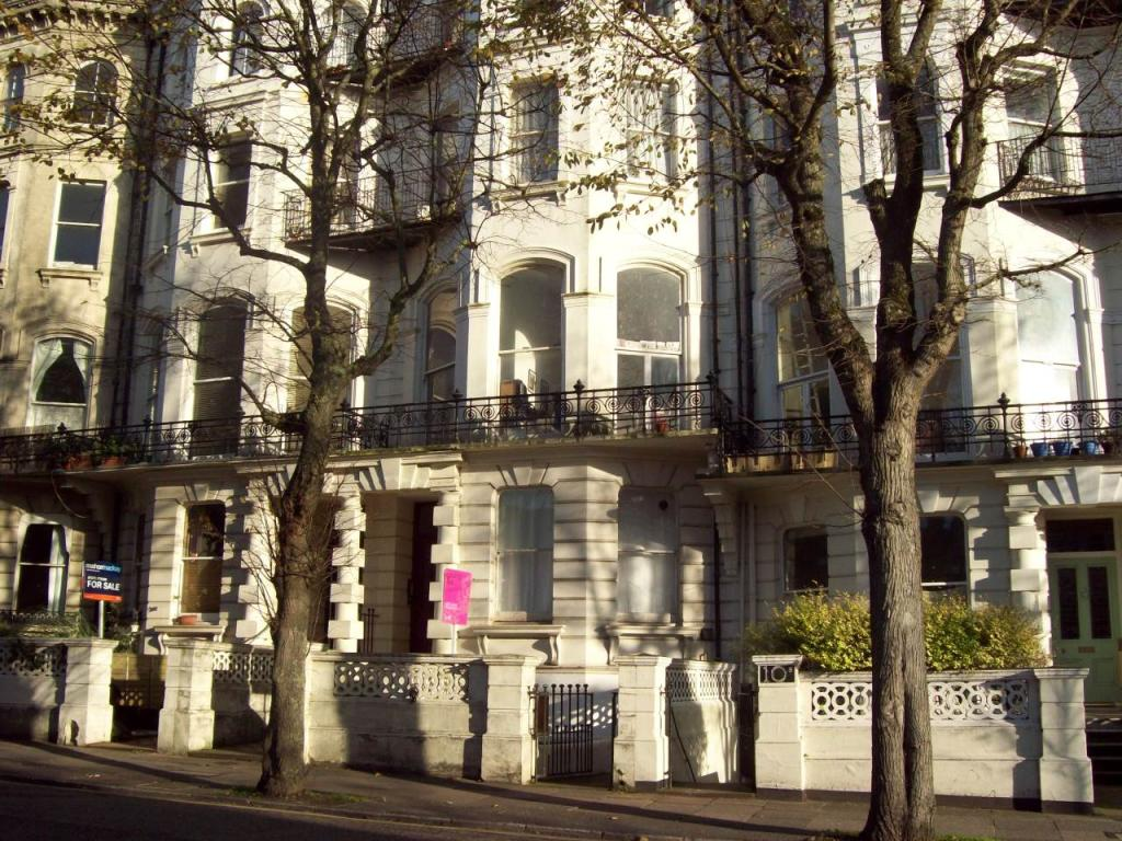 Studio flat to rent in denmark terrace brighton bn1 for Danish terrace