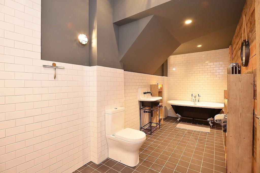 Vanquish,Bathroom