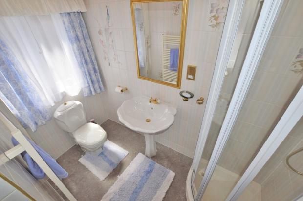 Guest Bedroom En-...
