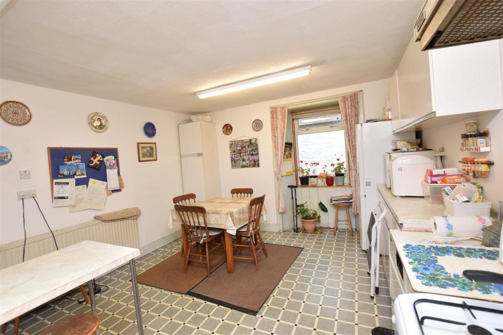 Kitchen 1 .JPG