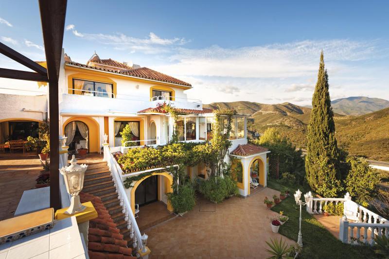 5 bedroom Villa for sale in Aloha Hill Club...
