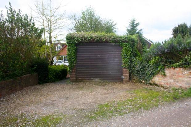 Detached Garage/Pkg