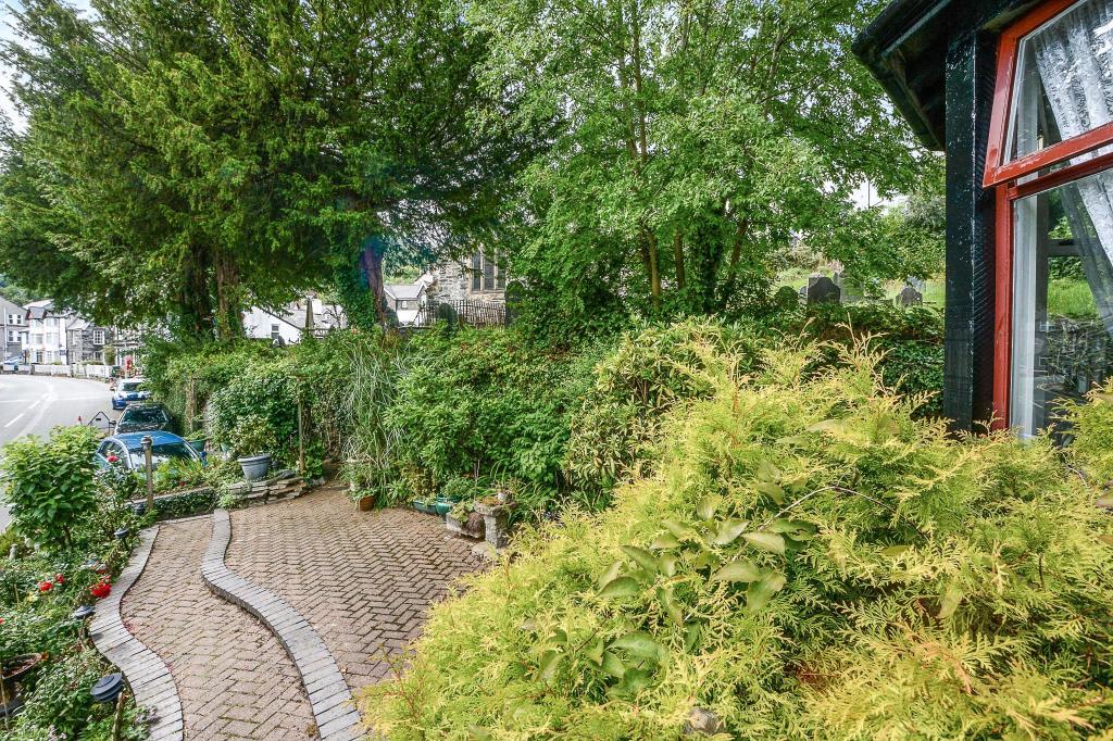 Side Garden & Drivew