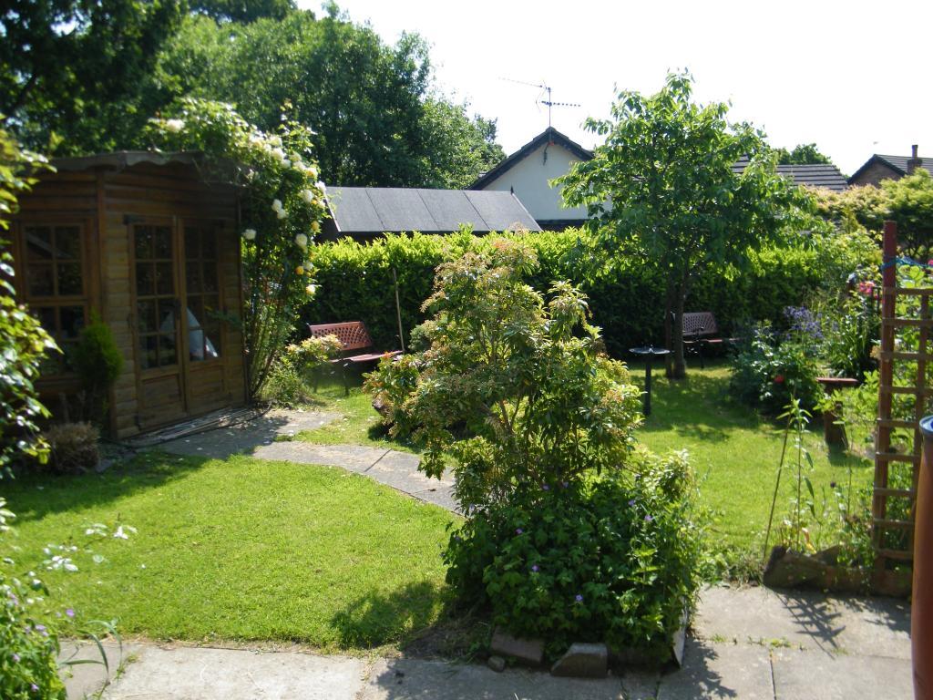 Garden to the side e