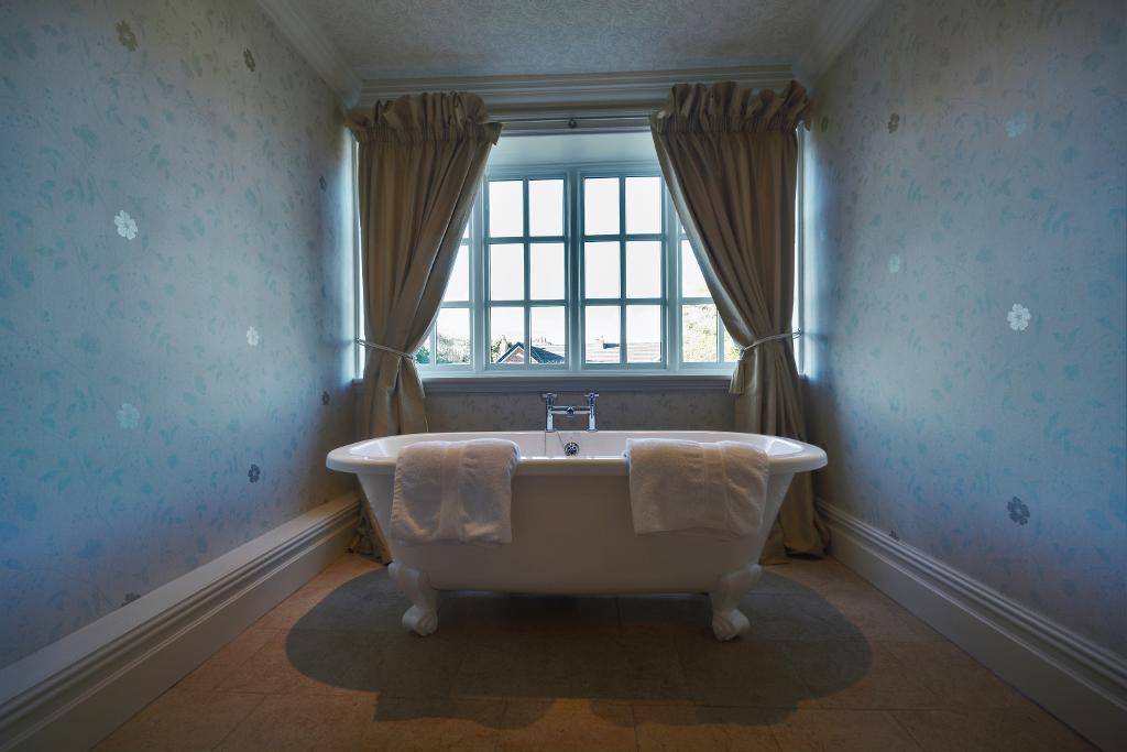 Master Bath to En-Suite