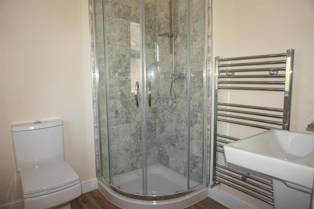 ENSUITE SHOWER ROOM: