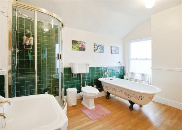 MAIN FAMILY BATHROOM
