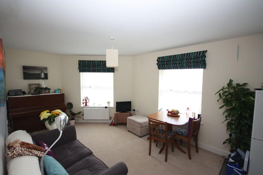 2 bedroom apartment to rent in brighton road horsham rh13 for Room to rent brighton