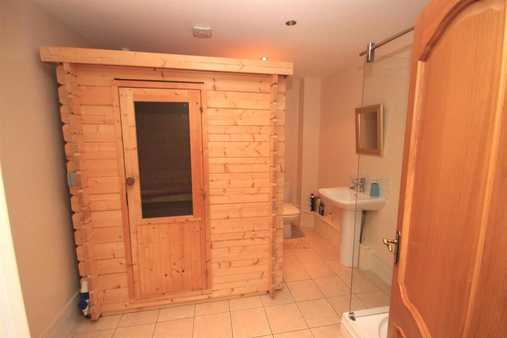 SAUNA/SHOWER ROOM