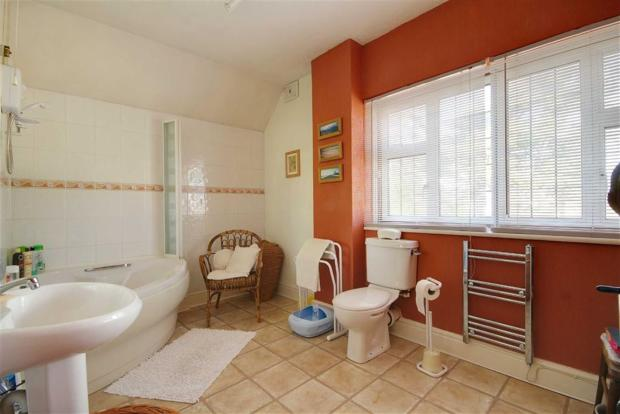 Spacious Bathroom/WC