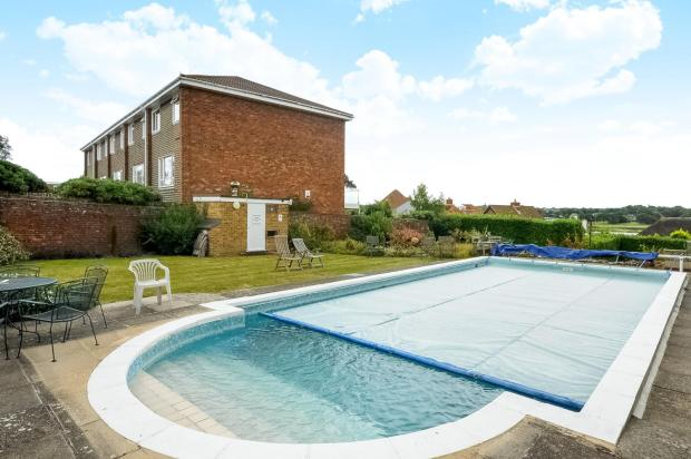 2 bedroom flat to rent in hamble manor green lane southampton so31 for Houses to rent with swimming pool uk