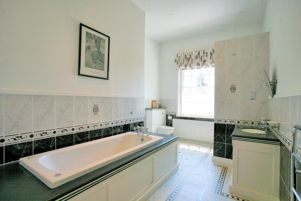 Beige cream family bathroom design ideas photos for Bathroom ideas rightmove