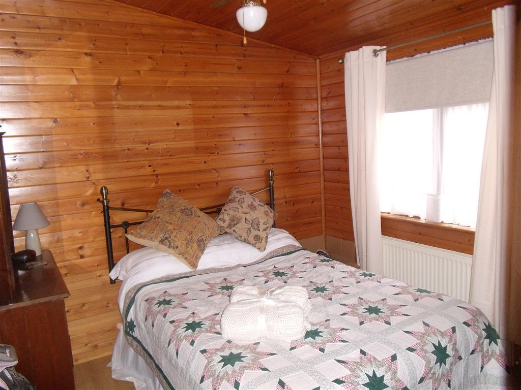 2 bedroom mobile home for sale in lakeside holiday park for 2 bed log cabins for sale