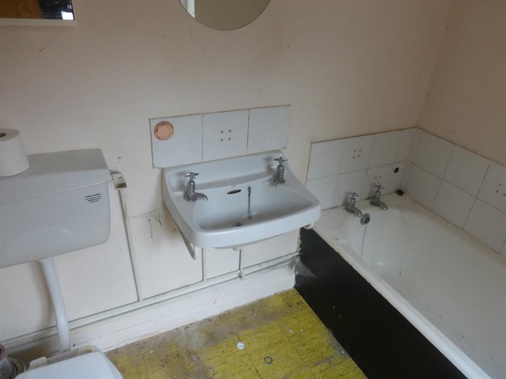 Bathroom (downstairs)