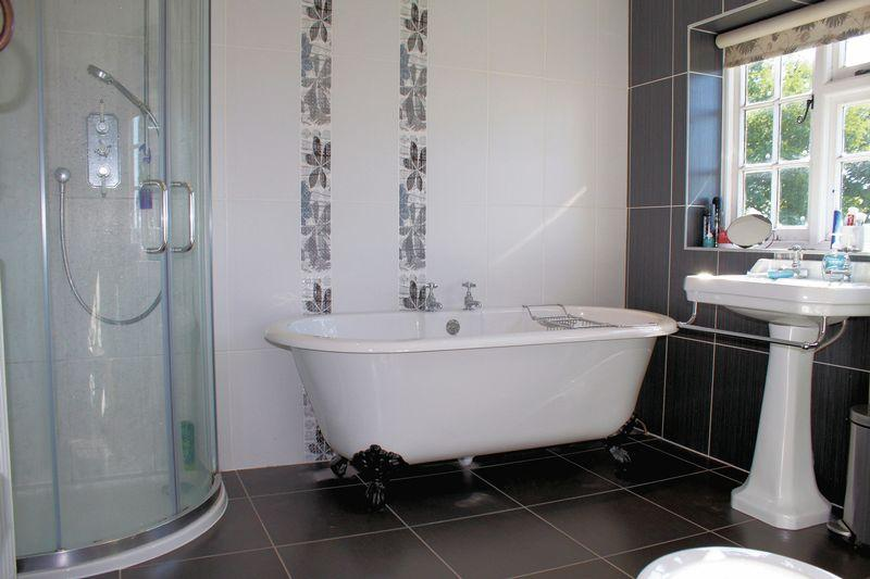Black white ensuite bathroom design ideas photos for Ensuite design ideas