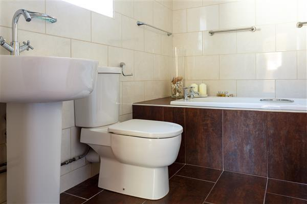 EN-SUITE BATHROOM: