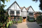 5 bedroom Detached house in Canons Drive, Edgware...