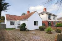 2 bedroom Detached Bungalow in Farmfield Road, Banbury