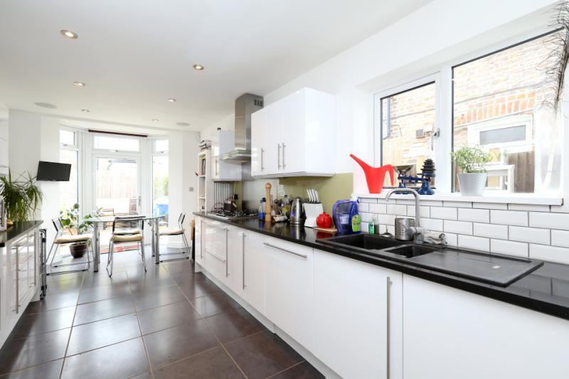3 bedroom terraced house for sale in ritches road for Terrace kitchen diner