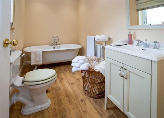 EN-SUITE BATHROOM/WC
