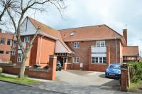 4 bed semi detached house in The Limes, Dee Hills Park