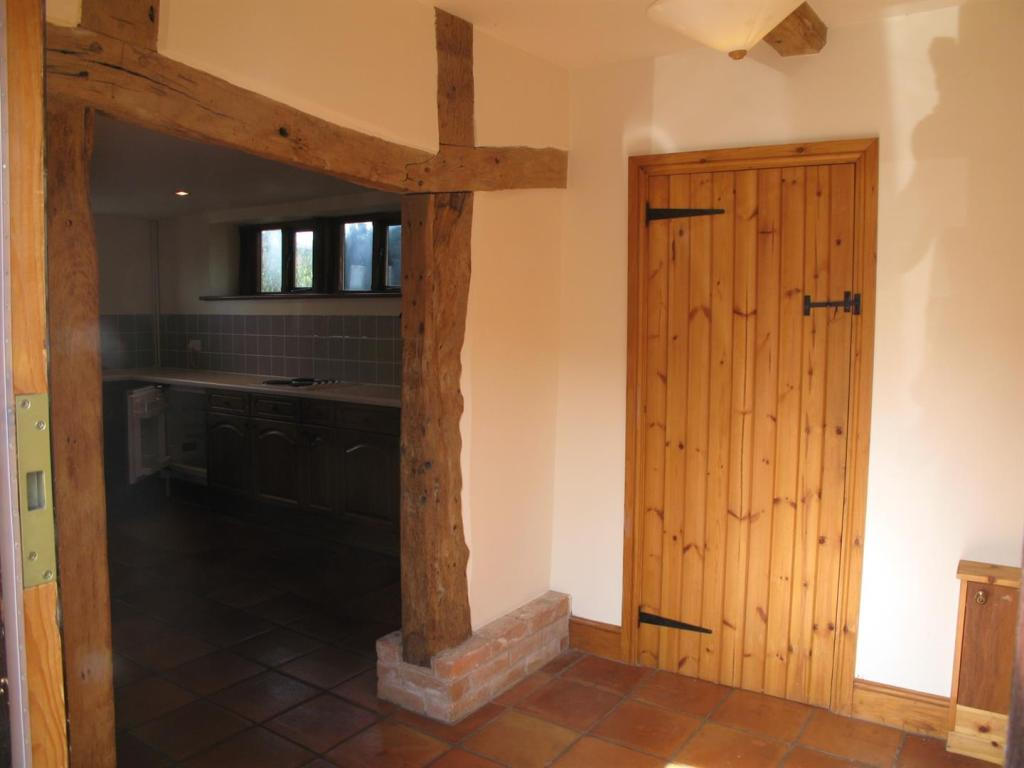 z7.Cottage.hall.jpg