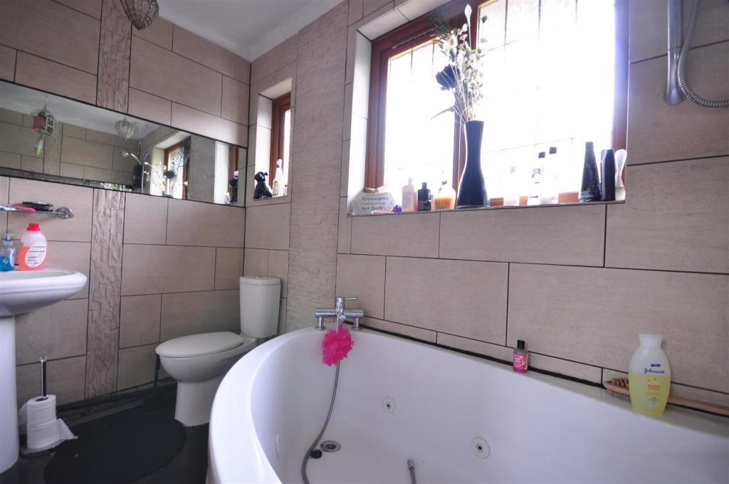 FAMILY BATHROOM SUIT