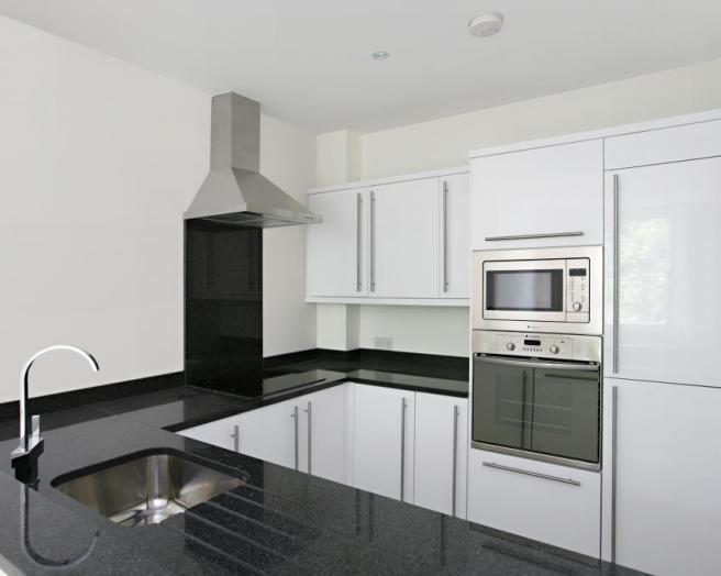 White gloss kitchen black granite images for Black gloss kitchen ideas