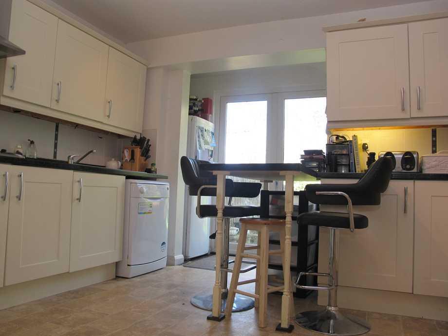 Beige breakfast bar kitchen design ideas photos for Kitchen ideas rightmove