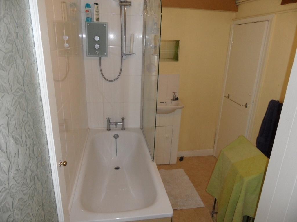 Hyde Vale -  Studio Flat - Bathroom - SE10 - Oliver Field Associates