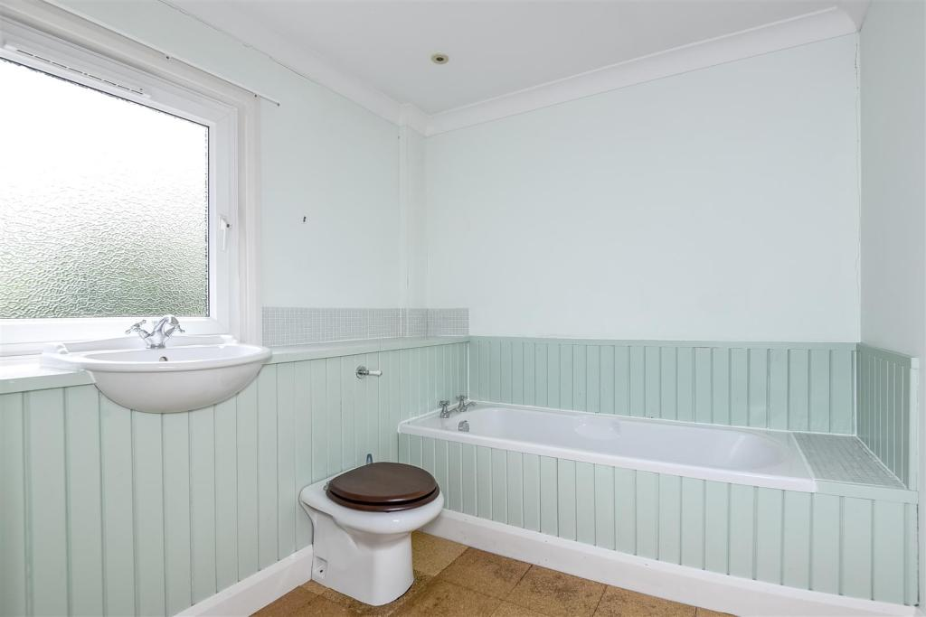 Bed 1 bathroom.jpg
