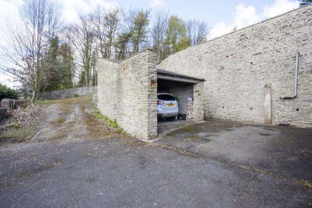 33) Garage