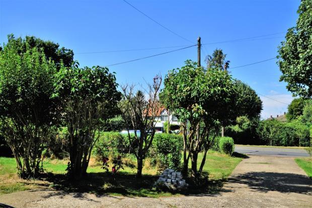 Front Garden + Parki