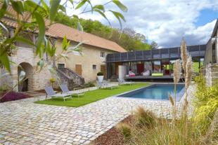 8 bed Detached home in Exceptional Renovated...